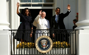 U.S. President Barack Obama (R) and first lady Michelle Obama wave with Pope Francis during an arrival ceremony for the pope at the White House in Washington September 23, 2015. The pontiff is on his first visit to the United States. REUTERS/Kevin Lamarque